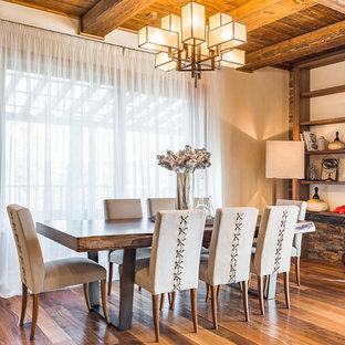 Пример оригинального дизайна интерьера: гостиная-столовая в стиле кантри с белыми стенами, паркетным полом среднего тона и коричневым полом