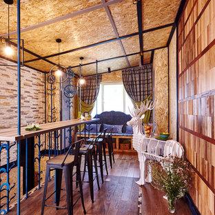 На фото: столовая в стиле фьюжн с темным паркетным полом и коричневым полом без камина