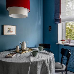 Неиссякаемый источник вдохновения для домашнего уюта: маленькая столовая в современном стиле с разноцветным полом и синими стенами без камина