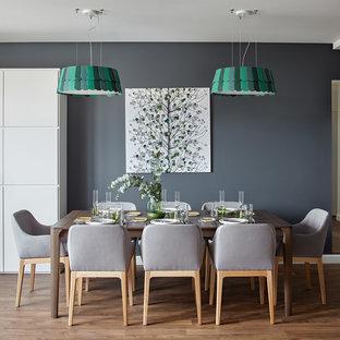 На фото: отдельные столовые среднего размера в скандинавском стиле с серыми стенами и паркетным полом среднего тона