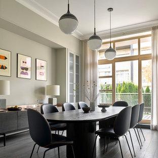 Пример оригинального дизайна: отдельная столовая в стиле модернизм с темным паркетным полом, черным полом и серыми стенами