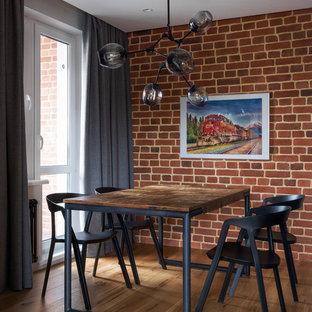Пример оригинального дизайна: столовая в стиле лофт с паркетным полом среднего тона и красными стенами