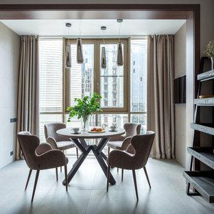 Идея дизайна: большая кухня-столовая в современном стиле с полом из керамогранита, серым полом и бежевыми стенами