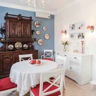 Стильный дизайн: столовая среднего размера в стиле кантри с синими стенами и полом из керамической плитки - последний тренд