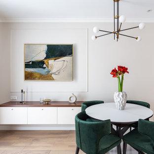 Стильный дизайн: столовая в современном стиле с светлым паркетным полом - последний тренд