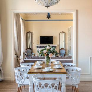 Пример оригинального дизайна: столовая среднего размера в стиле неоклассика (современная классика) с бежевыми стенами, паркетным полом среднего тона, коричневым полом и деревянным потолком