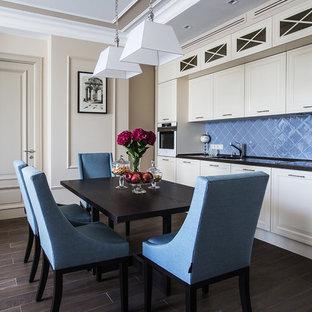 Пример оригинального дизайна: гостиная-столовая среднего размера в классическом стиле с полом из керамогранита, коричневым полом и бежевыми стенами