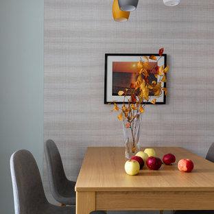 Пример оригинального дизайна: столовая среднего размера в современном стиле с разноцветными стенами и серым полом