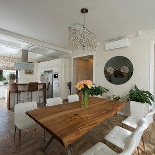 На фото: большая гостиная-столовая в современном стиле с белыми стенами, полом из керамогранита и коричневым полом с