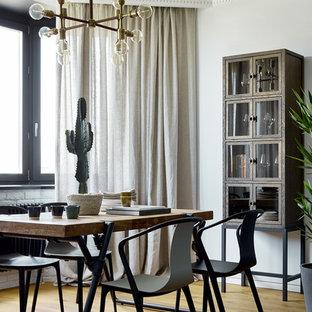 Стильный дизайн: столовая в современном стиле с белыми стенами, паркетным полом среднего тона и бежевым полом - последний тренд