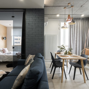 他の地域の中くらいのコンテンポラリースタイルのおしゃれなLDK (ラミネートの床、白い壁、ベージュの床) の写真