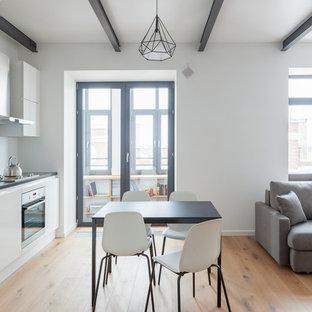 На фото: гостиная-столовая в современном стиле с белыми стенами, паркетным полом среднего тона и коричневым полом