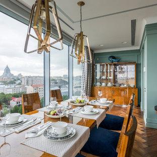 На фото: столовые в современном стиле с паркетным полом среднего тона и синими стенами