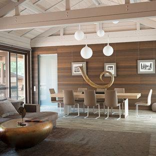 Удачное сочетание для дизайна помещения: большая гостиная-столовая в современном стиле с бежевыми стенами, полом из керамогранита и коричневым полом - самое интересное для вас