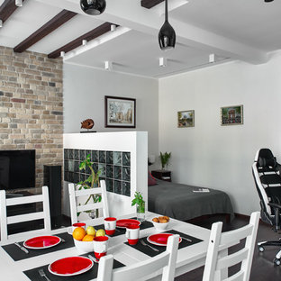 Imagen de comedor contemporáneo, abierto, sin chimenea, con paredes blancas y suelo de madera oscura