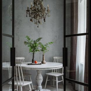 Стильный дизайн: столовая в скандинавском стиле с серыми стенами, светлым паркетным полом и серым полом - последний тренд
