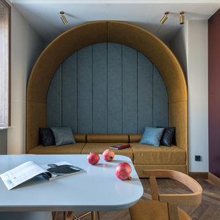 Неиссякаемый источник вдохновения для домашнего уюта: столовая среднего размера в современном стиле с паркетным полом среднего тона и коричневым полом