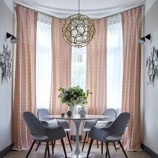 Пример оригинального дизайна: столовая в стиле современная классика с серыми стенами, светлым паркетным полом и бежевым полом