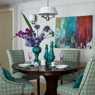 Пример оригинального дизайна: столовая в стиле современная классика с белыми стенами, паркетным полом среднего тона и коричневым полом