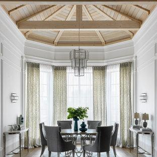 Стильный дизайн: столовая в стиле современная классика с белыми стенами, коричневым полом и сводчатым потолком - последний тренд