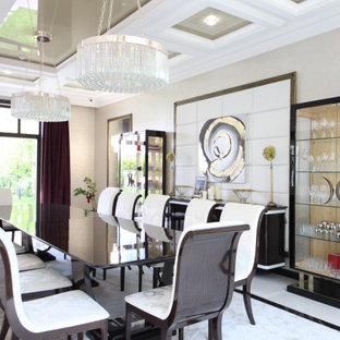 Стильный дизайн: огромная отдельная столовая в современном стиле с бежевыми стенами, полом из керамогранита, горизонтальным камином, фасадом камина из камня, белым полом, многоуровневым потолком, кессонным потолком и панелями на стенах - последний тренд