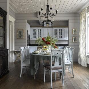На фото: отдельная столовая в стиле кантри с серыми стенами, паркетным полом среднего тона и коричневым полом с