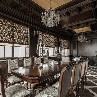 Идея дизайна: большая отдельная столовая в классическом стиле с коричневыми стенами, полом из керамогранита и коричневым полом без камина