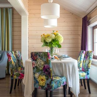 Пример оригинального дизайна: столовая в стиле кантри с бежевыми стенами, темным паркетным полом, коричневым полом, сводчатым потолком, деревянным потолком и деревянными стенами