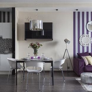 Свежая идея для дизайна: гостиная-столовая в современном стиле с разноцветными стенами и темным паркетным полом - отличное фото интерьера