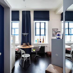 Пример оригинального дизайна интерьера: столовая в современном стиле с белыми стенами и темным паркетным полом без камина
