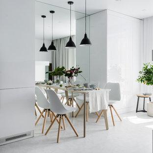 Новый формат декора квартиры: маленькая кухня-столовая в современном стиле с белыми стенами, полом из винила, горизонтальным камином, фасадом камина из штукатурки и белым полом