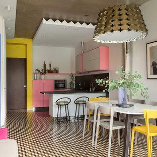 На фото: гостиная-столовая в стиле фьюжн с белыми стенами, разноцветным полом и полом из керамогранита с