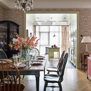 Удачное сочетание для дизайна помещения: гостиная-столовая среднего размера в викторианском стиле с разноцветными стенами и светлым паркетным полом - самое интересное для вас
