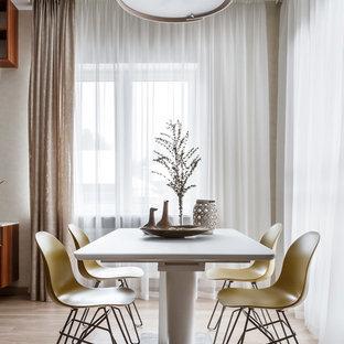 Выдающиеся фото от архитекторов и дизайнеров интерьера: столовая в современном стиле с серыми стенами, паркетным полом среднего тона и коричневым полом