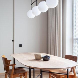 Стильный дизайн: столовая среднего размера в стиле модернизм с серыми стенами, светлым паркетным полом и бежевым полом - последний тренд