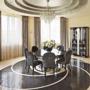 Esempio di una grande sala da pranzo aperta verso il soggiorno minimal con pareti beige e pavimento in marmo