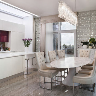 Выдающиеся фото от архитекторов и дизайнеров интерьера: кухня-столовая в современном стиле с бежевыми стенами и бежевым полом