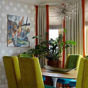 Modelo de comedor romántico, abierto, con paredes grises, suelo de madera clara y suelo blanco