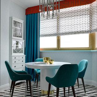 Идея дизайна: столовая в стиле фьюжн с разноцветным полом и синими стенами без камина