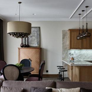 Удачное сочетание для дизайна помещения: гостиная-столовая в стиле современная классика с бежевыми стенами, паркетным полом среднего тона и коричневым полом - самое интересное для вас
