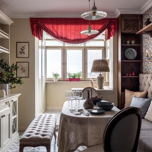 Свежая идея для дизайна: кухня-столовая в классическом стиле с бежевыми стенами и разноцветным полом - отличное фото интерьера