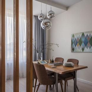 На фото: столовая в скандинавском стиле с бежевыми стенами, светлым паркетным полом и бежевым полом с