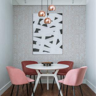 Пример оригинального дизайна: кухня-столовая среднего размера в современном стиле с серыми стенами, паркетным полом среднего тона, коричневым полом и обоями на стенах
