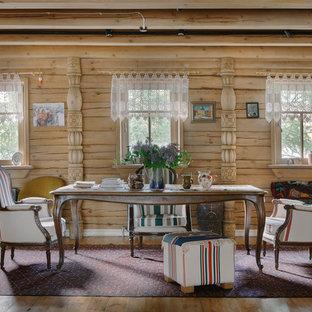 На фото: гостиные-столовые в стиле фьюжн с бежевыми стенами и паркетным полом среднего тона