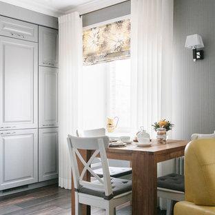 Новый формат декора квартиры: гостиная-столовая в современном стиле с серыми стенами, темным паркетным полом и коричневым полом