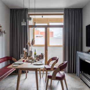 Свежая идея для дизайна: столовая в стиле неоклассика (современная классика) с серыми стенами, горизонтальным камином и серым полом - отличное фото интерьера