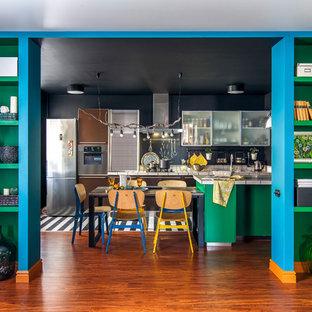 Свежая идея для дизайна: кухня-столовая в стиле фьюжн с черными стенами, паркетным полом среднего тона и коричневым полом - отличное фото интерьера