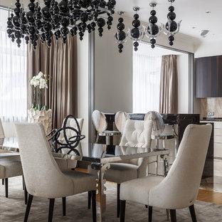 Идея дизайна: большая кухня-столовая в современном стиле с бежевыми стенами, паркетным полом среднего тона и коричневым полом