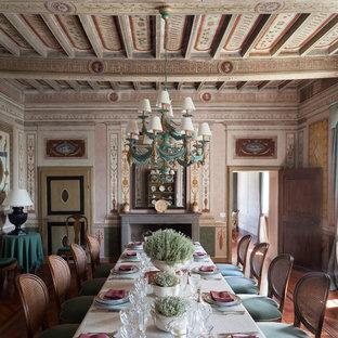 Foto di una sala da pranzo vittoriana chiusa con pareti multicolore, parquet scuro, camino classico e pavimento marrone