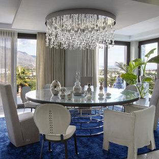 Идея дизайна: столовая в стиле неоклассика (современная классика) с белыми стенами и белым полом